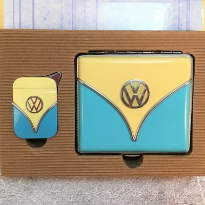 Geschenkset-Feuerzeug-Zigarettenetui-hellblau-beige-Detail-2
